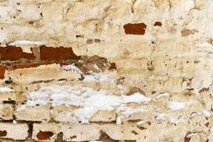 Часть старой шелушить unrestored кирпичной стены orthodoxal церков в небольшом русском городке стоковые изображения rf
