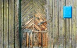 Часть старых деревянных двери и почтового ящика в деревенском стиле Стоковое Фото