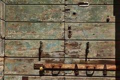 Часть старых, зеленых покрашенных, деревянных дверей Стоковая Фотография RF