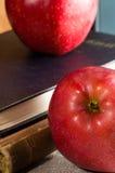 Часть старых книг в яблоке красного цвета книга в твердой обложке и конца-вверх Стоковая Фотография RF