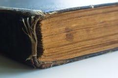 Часть старых растрепанных книг с пожелтетыми страницами стоковое изображение rf