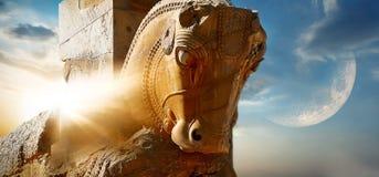 Часть статуи лошади в старом Persepolis на фоне солнца и луны Визирования Ирана День и ni Стоковое Изображение