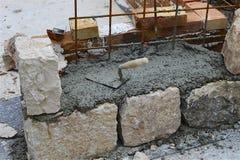Часть стены 3-слоя старого камня отрезка Стоковая Фотография