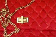 Часть сумки красной кожи с крепежной деталью и цепью стоковое изображение