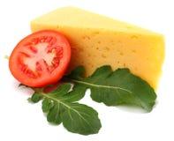 часть сыра с rucola изолированного на белой предпосылке стоковые изображения