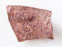 часть сырцового красного мраморного камня на белизне Стоковое Фото