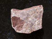 часть сырцового красного мраморного камня на темноте Стоковое фото RF