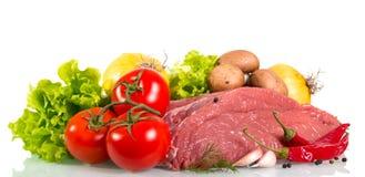 Часть сырцовых говядины, томата, грибов, лука, салата, укропа и s Стоковая Фотография RF