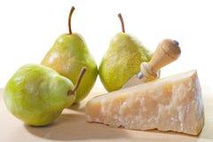 Часть сыр пармесана с грушей на разделочной доске Стоковое Изображение RF
