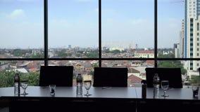 Часть таблицы конференц-зала с предпосылкой окна вида на город сток-видео
