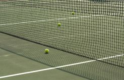 Часть теннисного корта с сетью и шариками стоковые изображения rf