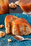 Часть торта банана с грецким орехом и карамелька fudge голубая плита Стоковые Изображения RF