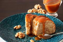 Часть торта банана с грецким орехом и карамелька fudge голубая плита Стоковые Изображения