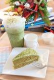 Часть торта зеленого чая и холодный зеленый чай морозят в стеклянной бутылке a Стоковая Фотография RF