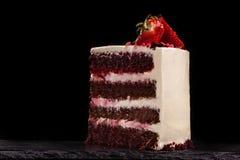 Часть торта клубники на черной предпосылке Стоковое Фото