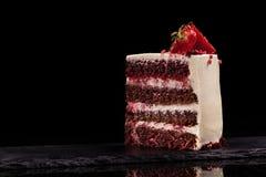 Часть торта клубники на черной предпосылке Стоковая Фотография RF