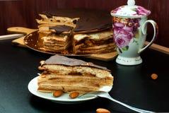 Часть торта меда при сметана и гайки предусматриванные с choc Стоковое Изображение RF