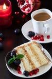 Часть торта слоя с свежими голубиками, плавленого сыра Стоковые Изображения RF