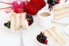 Часть торта слоя с свежими ягодами, плавленого сыра Стоковые Изображения RF