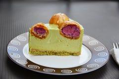 Часть торта фисташки с profitroles Стоковое Фото