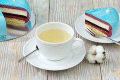 Часть торта ягоды и чашки зеленого чая Стоковая Фотография