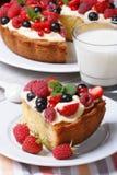 Часть торта ягоды с полениками, клубниками и молоком Стоковые Изображения