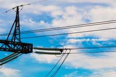 Часть тяжелой высоковольтной электрической опоры линии электропередач Стоковые Фото