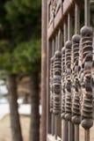 Часть утюг-стробов curtained на фоне зеленых деревьев зодчество стоковое фото