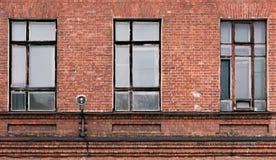 Часть фасада старого кирпичного здания Высокое Windows и текстурные материалы стоковое фото rf