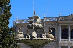 Часть фонтана лебедя в дворце Dolmabahche парка, Стоковая Фотография