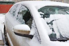 Часть фронта автомобиля покрытого с снегом Стоковое Изображение RF