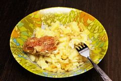 Часть цыпленка с зажаренными картошками Стоковые Изображения RF