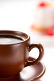Часть чашки кофе на предпосылке торта Стоковое Фото