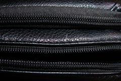 Часть черного кожаного портмона человека с молнией стоковое фото rf