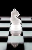 Часть шахмат рыцаря над чернотой Стоковые Фото