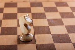 Часть шахмат рыцаря на доске Стоковое Изображение