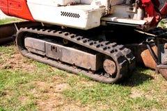 Часть экскаватора, машины бульдозера и трактора работника, крупного плана Реновация на пути Машинное оборудование дороги на строи Стоковые Изображения