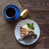 Часть яблочного пирога на белой плите Стоковое фото RF