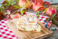 Часть яблочного пирога на деревянной предпосылке Стоковое фото RF
