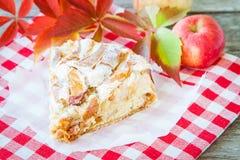 Часть яблочного пирога на деревянной предпосылке Стоковые Фотографии RF