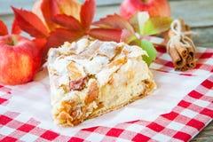 Часть яблочного пирога на деревянной предпосылке Стоковое Фото