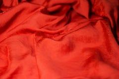 Часть яркого красного платья с точными ярким блеском и pleats стоковые фото