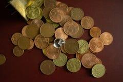 Часть ясной кристаллической драгоценной камня на куче золотых монет денег стоковое фото