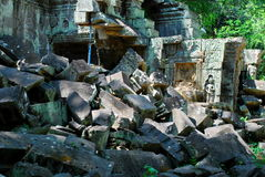 Часть brokem Angkor Wat в свете солнца утра Стоковые Фотографии RF