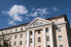 Часть sunlit современного офисного здания на предпосылке голубого неба Стоковые Фотографии RF