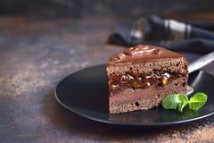 Часть torte Sacher шоколада на черной плите стоковые фотографии rf