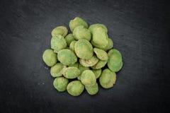 Часть Wasabi покрыла арахисы на слябе шифера Стоковое Фото