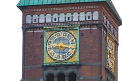 Часы башни городской ратуши Копенгагена на вечере стоковая фотография