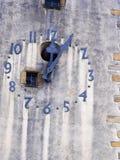 Часы башни 12 и 5 минут Стоковая Фотография