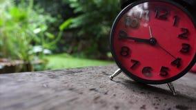 Часы бегут на ненастном акции видеоматериалы
